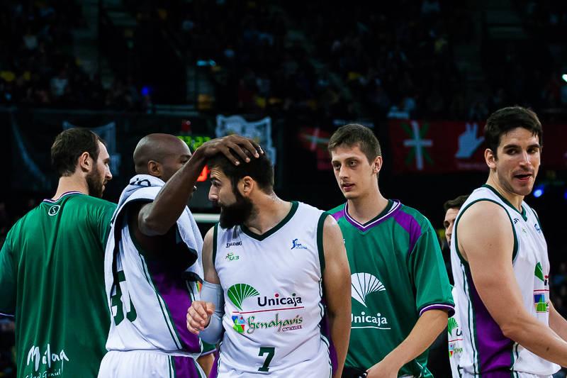 Vasileiadis recibe la felicitación de sus compañeros (Foto: Luis Fernando Boo).