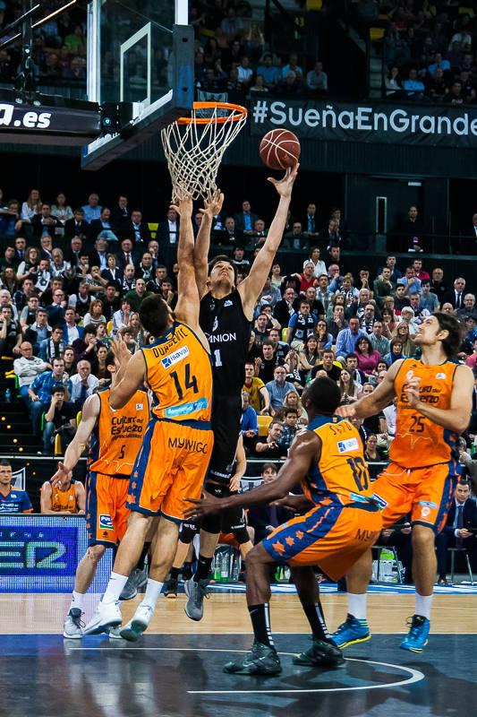 Todorovic anota entre cuatro rivales (Foto: Luis Fernando Boo).