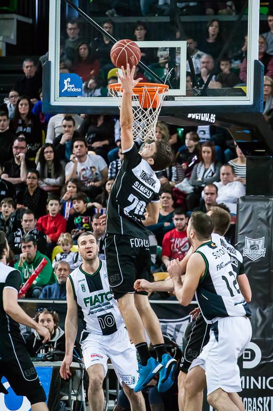 Todorovic salta más que nadie para capturar el rebote (Foto: Luis Fernando Boo).