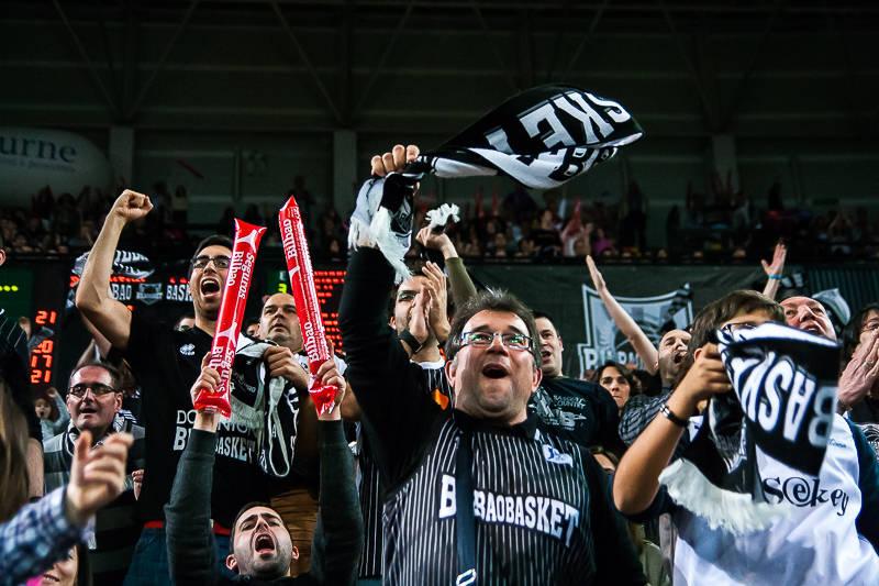La afición del Bilbao Basket celebra el triunfo (Foto: Luis Fernando Boo).