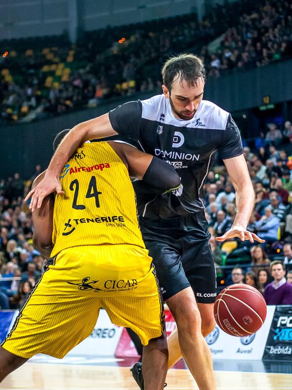 Begic gana la espalda a su rival tras un reverso (Foto: Luis Fernando Boo).