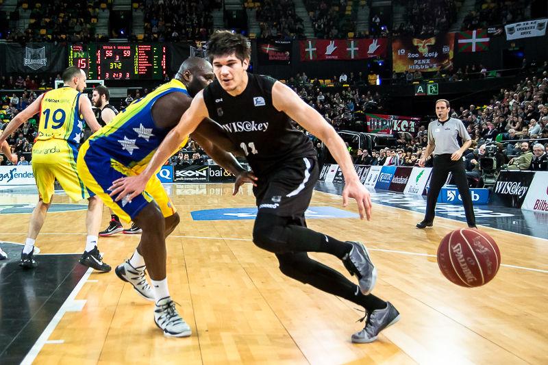 Marko Todorovic pierde un balón por la línea de fondo (Foto: Luis Fernando Boo).