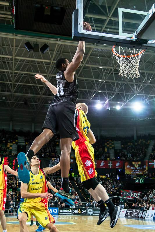 Latavious Williams, a punto de hundir el balón en el aro (Foto: Luis Fernando Boo).