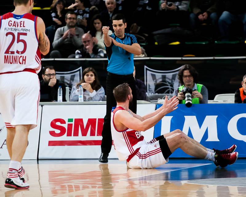 Falta en ataque de Dusko Savanovic (Foto: Luis Fernando Boo).