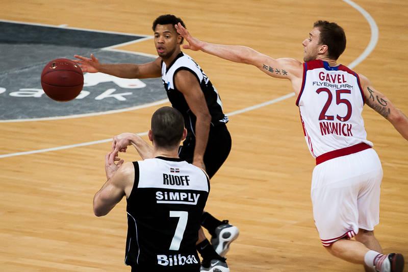 Ruoff pone el balón en juego (Foto: Luis Fernando Boo).