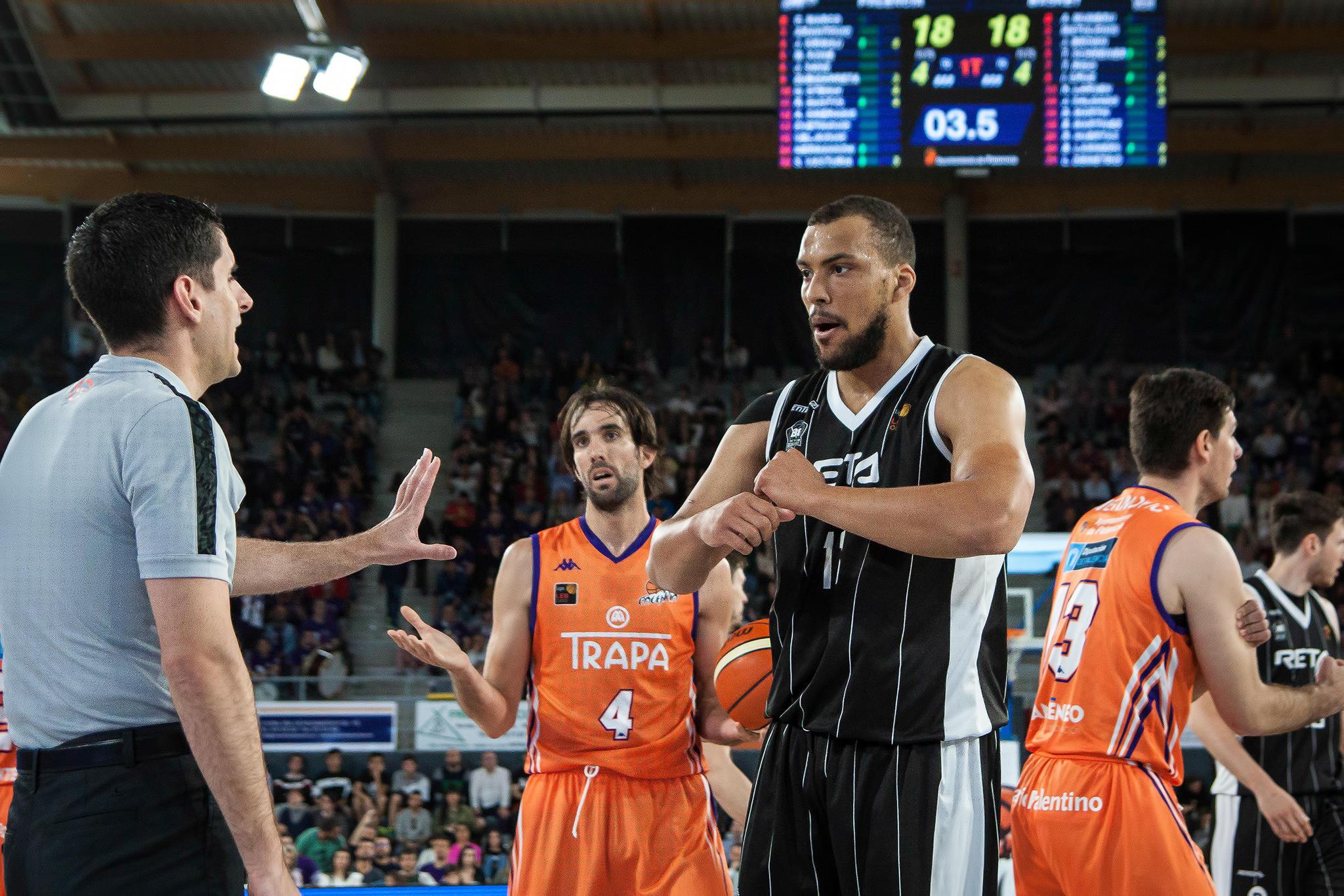 Larsen pide explicaciones al árbitro  | Foto: Luis Fernando Boo.