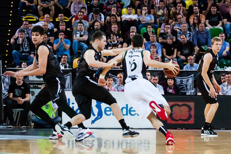Abalde intenta superar a Bertans (Foto: Luis Fernando Boo).