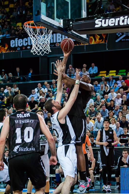Williams lanza sobre Miralles (Foto: Luis Fernando Boo).