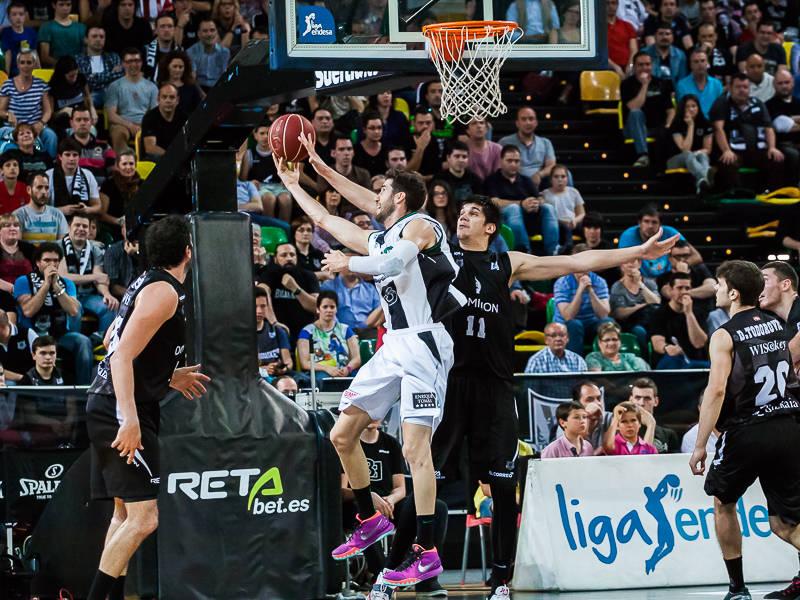 Todorovic tapona el tiro a aro pasado de Vidal (Foto: Luis Fernando Boo).