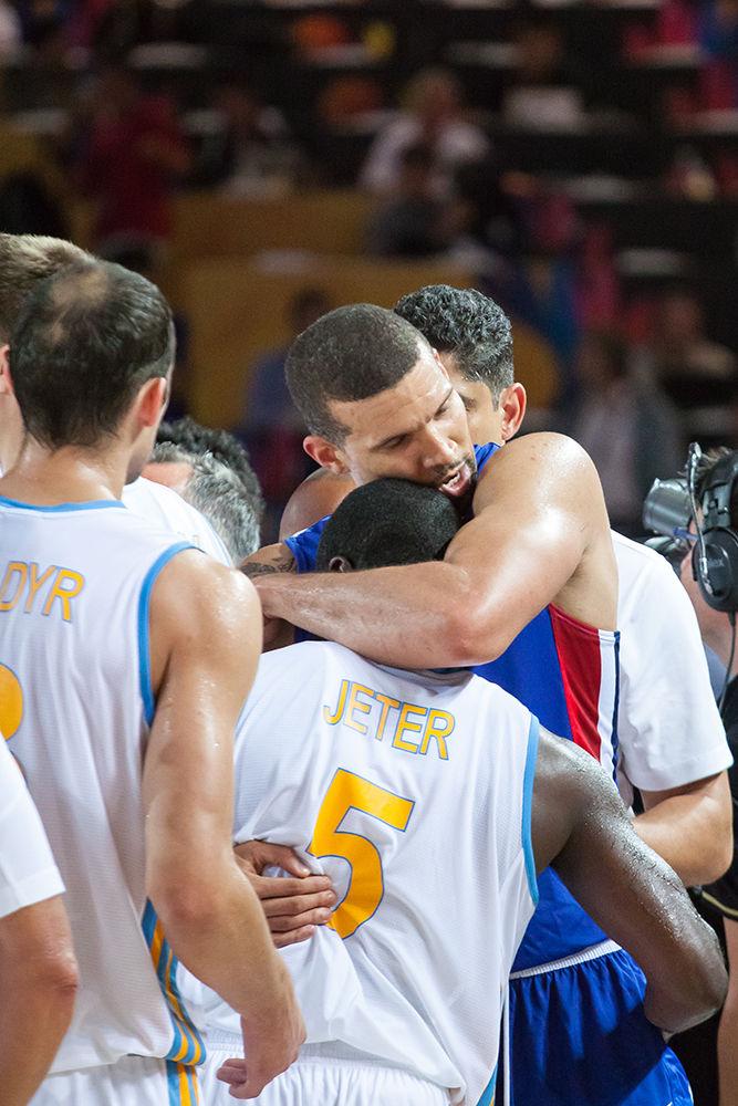 Abrazo entre García y Jeter al final del partido (Foto: Luis Fernando Boo).