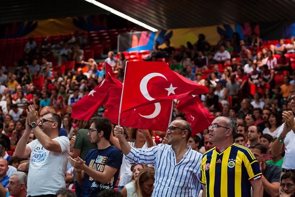 La afición turca, animando a su selección (Foto: Luis Fernando Boo).