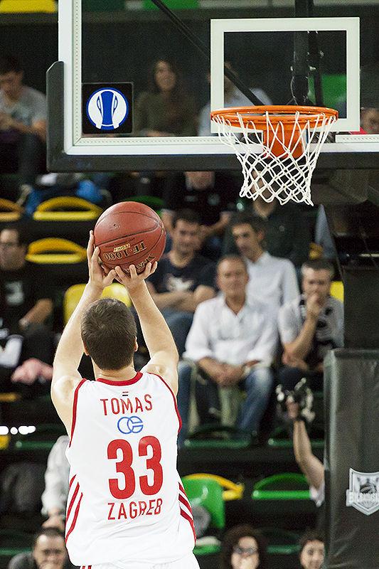 Marko Tomas lanza un tiro libre (Foto: Luis Fernando Boo).