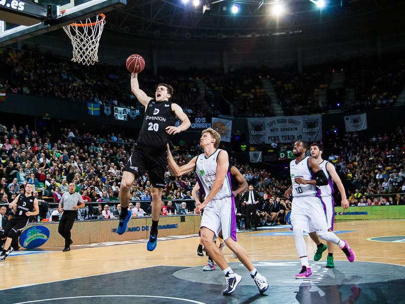 Todorovic, a punto de hundir la bola en el aro (Foto: Luis Fernando Boo).