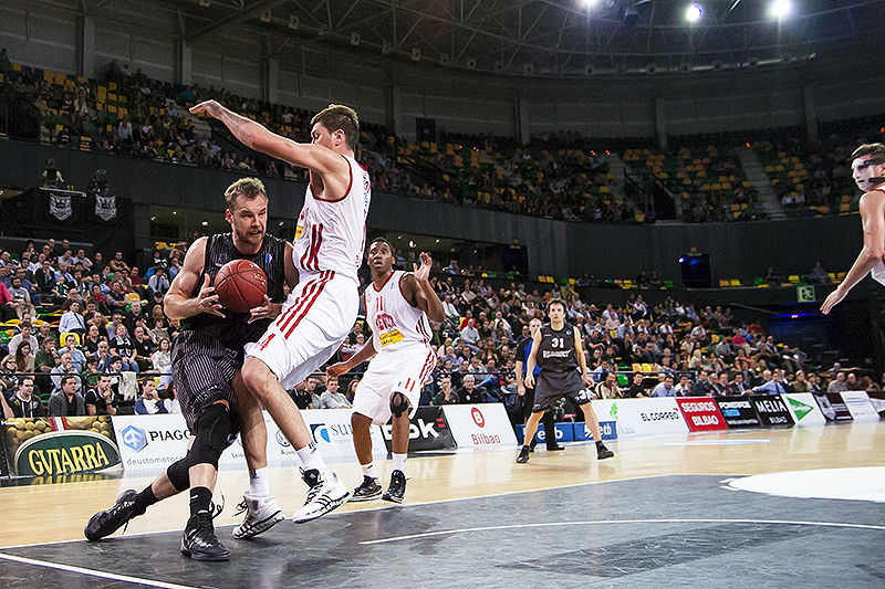Kavaliauskas intenta remontar la linea de fondo (Foto: Luis Fernando Boo).