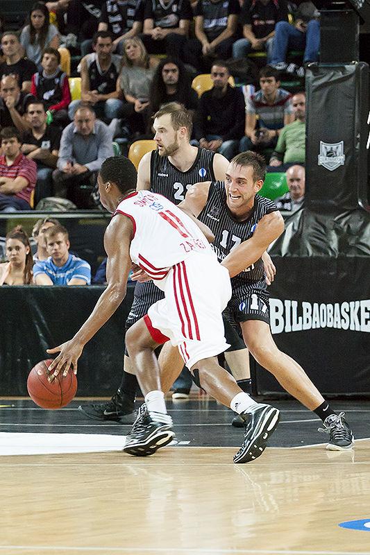 Axel Hervelle intenta cerrar el paso a Nolan Smith (Foto: Luis Fernando Boo).