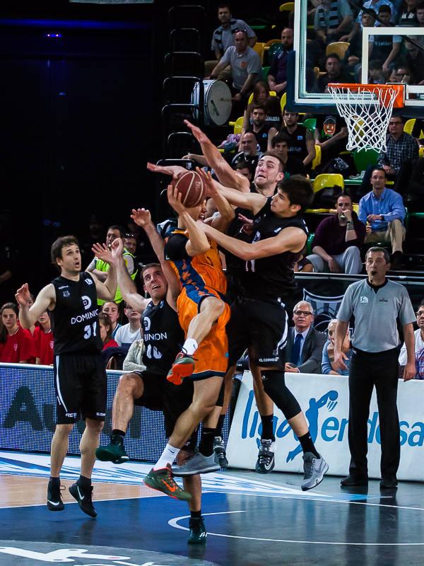 Hervelle y Todorovic frenan a Lucic (Foto: Luis Fernando Boo).
