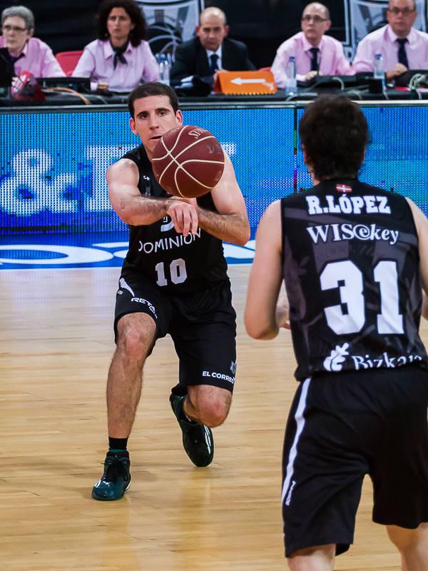 Colom pasa el balón a López (Foto: Luis Fernando Boo).