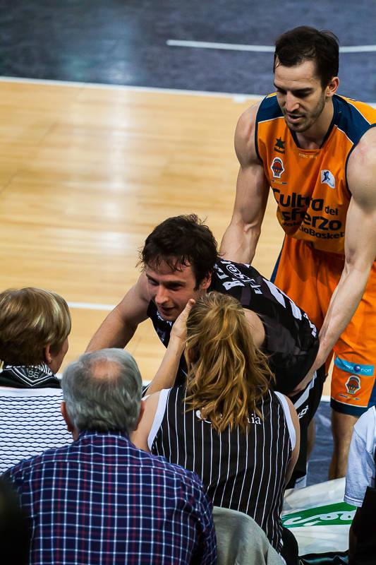 Raul López se disculpa con una aficionada con la que ha chocado (Foto: Luis Fernando Boo).