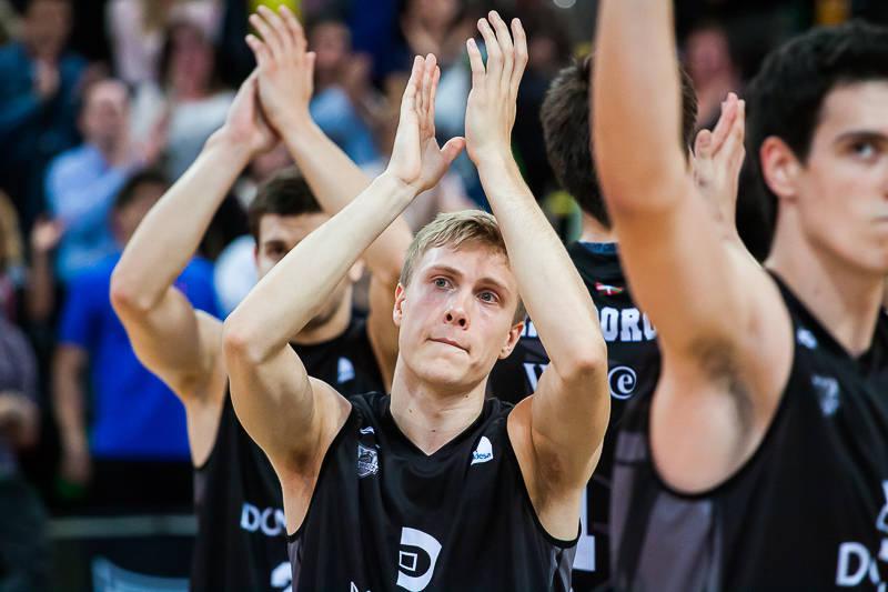 Los jugadores del Bilbao Basket se despiden de su afición (Foto: Luis Fernando Boo).