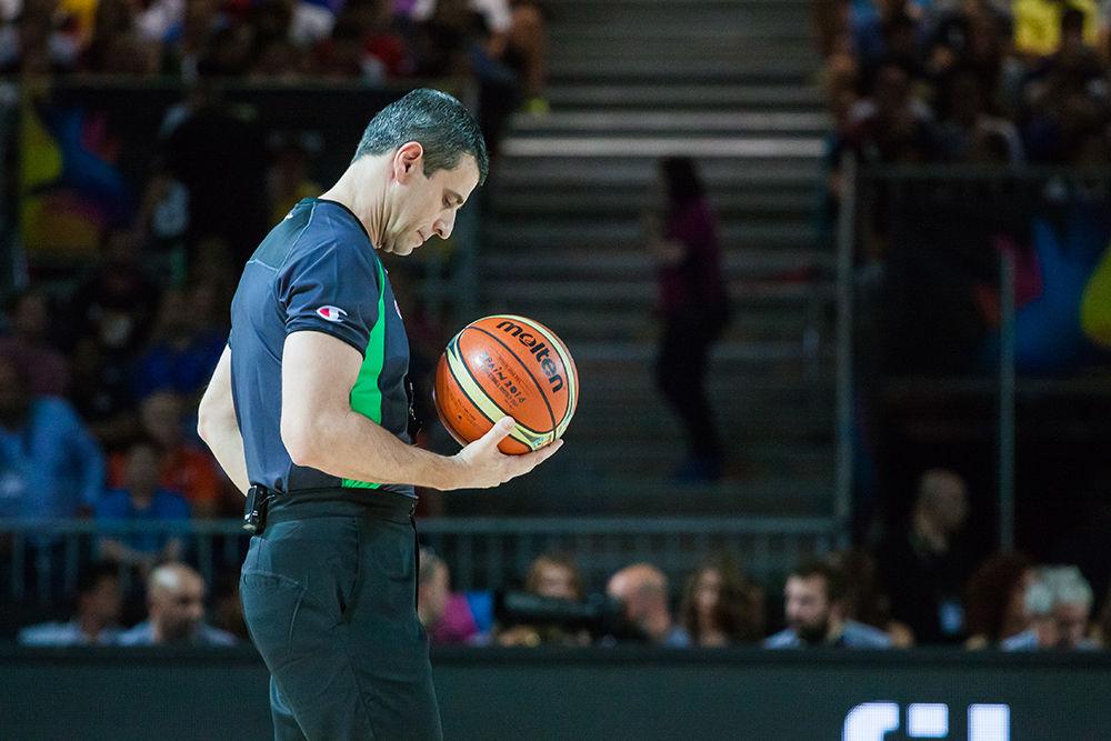 Un árbitro meditativo durante un receso del juego (foto: Luis Fernando Boo).