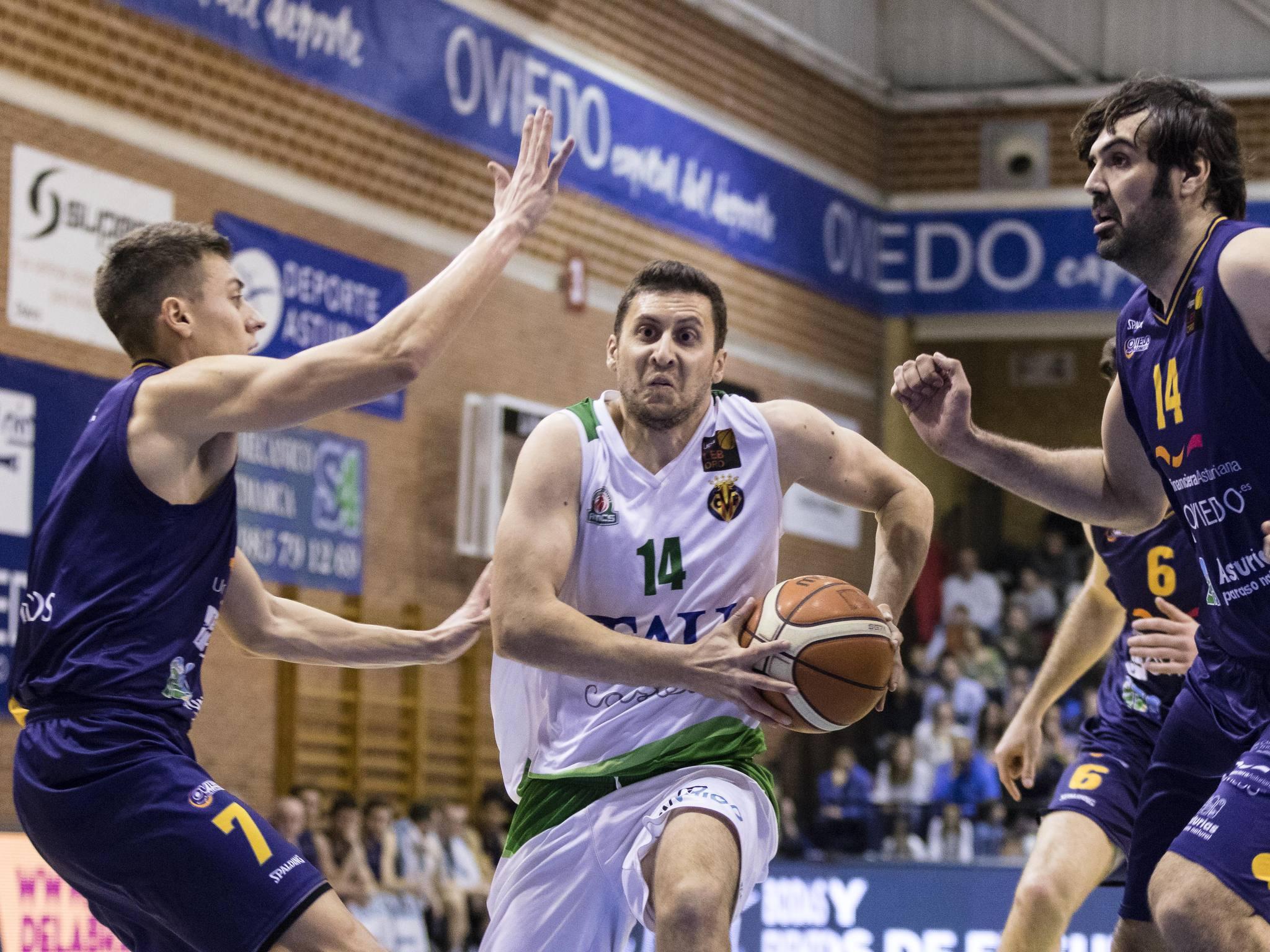 Jose María García penetrando ante Fabio Santana y Sonseca (Foto: Christian García)