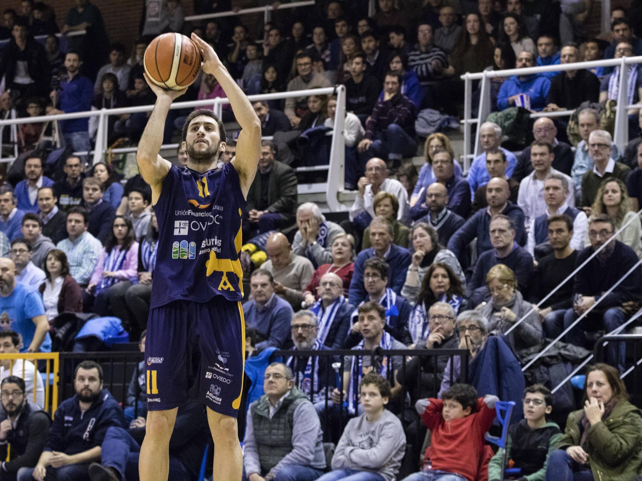 Manu Rodríguez lanzando un triple (Foto: Christian García)