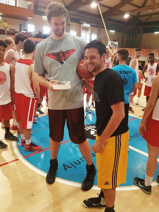 Carlos Jiménez le entrega un libro dedicado Historia del Baloncesto en España a Pau Gasol, quien forma parte de uno de los 300 participantes