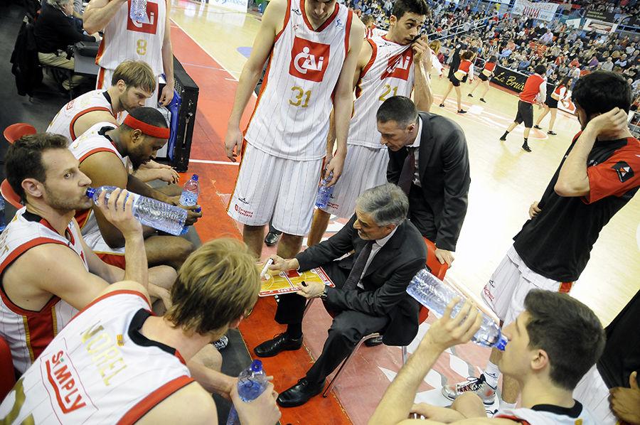 José Luis Abós da instrucciones a sus jugadores