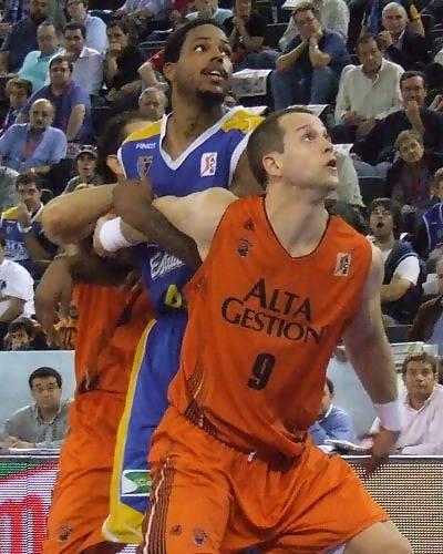 Wideman cierra el rebote con eficacia (Foto: Fran Martínez)