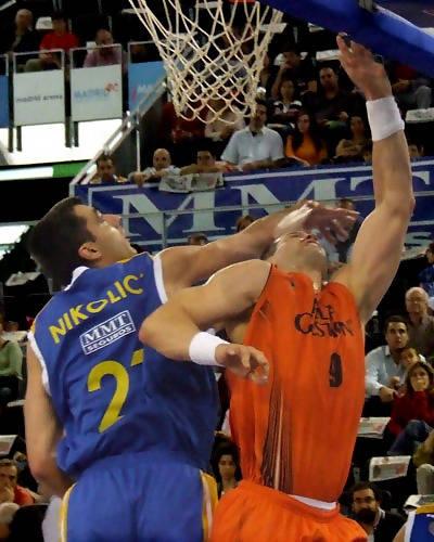 Contundente acción de Nikolic (Foto: Fran Martínez)