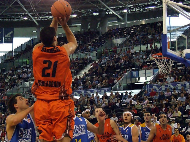Saúl se eleva para lanzar en suspensión (Foto: Fran Martínez)