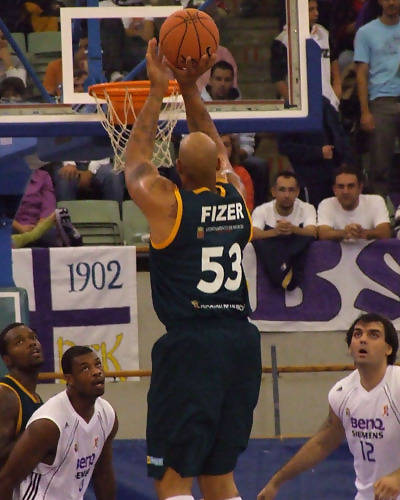 Fizer se atreve con el tiro exterior (Foto: Fran Martínez)