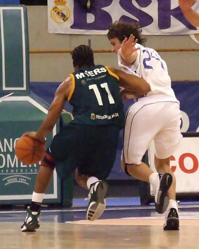 Terrell Myers defendido por Raül López (Foto: Fran Martínez)
