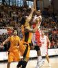 Lamont Barnes intenta el gancho ante Ramos (foto: FM)