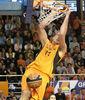 Antonio Bueno machaca la canasta (foto: FM)