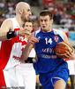 Velickovic frente a Gortat (Foto FIBA/Castoria/Kulbis)