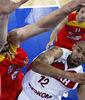 David Logan deja una bandeja ante Marc Gasol (foto:eurobasket2009.org)