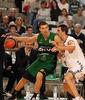 Uros Tripkovic defendido por Domen Lorbek (ACB Photo)