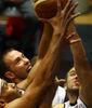 Lang (Turk Telekom) y Baxter (Besiktas) luchan por el rebote. Ambos se verán als caras a equipos ACB en la Eurocup (Foto www.turktelekomspor.com.tr)