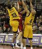 Rannikko intenta pasar entre Fisher y Norris (Foto: ACB Media / Pepe Marín)