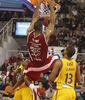 Richard Hendrix machaca el aro ante Baez y Barnes (Foto: ACBMedia.net / Pepe Marin)