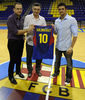 Santi Rodríguez y Carlos Jiménez fueron homenajeados por el X Aniversario por Joan Creus, director deportivo del Regal Barcelona (Foto: David Navarro)