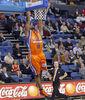 Omar Cook machaca el aro (ACB Photo)
