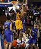 Bismack Biyombo pone un tapón a Mario Cabanas (ACB Photo / Tolo Parra)