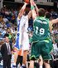 Mario Stojic lanza ante Joel Freeland (ACB PHOTO/ Mariano Pozo)