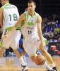 Uros Tripkovic sale del bloqueo de Joel Freeland. Foto: victorsalgado.com