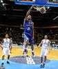 Espectacular mate de Nicolas Batum (Foto FIBA Europe/Castoria/Wiedenshole)