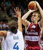 Rihards Kuksik lanzando en suspensión (Foto FIBA Europe/Castoria/Metlas)