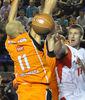 Justin Doellman dobla la pelota (foto: LCGIL)