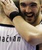 Nikola Pekovic abraza a Milan Macvan (Foto: KK Partizan)